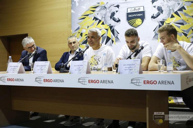 Konferencja prasowa Trefla Gdańsk w Ergo Arenie. Od prawej: Artur Szalpuk, Matuesz Mika, Andrea Anastasi, prezes klubu Dariusz Gadomski oraz prezes sponsora, Trefla SA, Roman Kniter