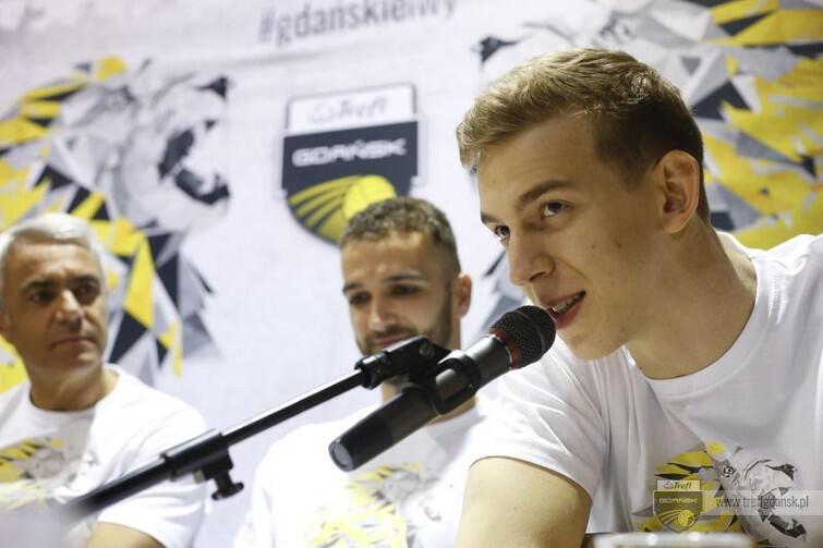 Artur Szalpuk, ubrany w koszulkę 'DoLEWamy do pełna', mówił w Ergo Arenie, że cieszy się, że będzie grał i mieszkał w Gdańsku