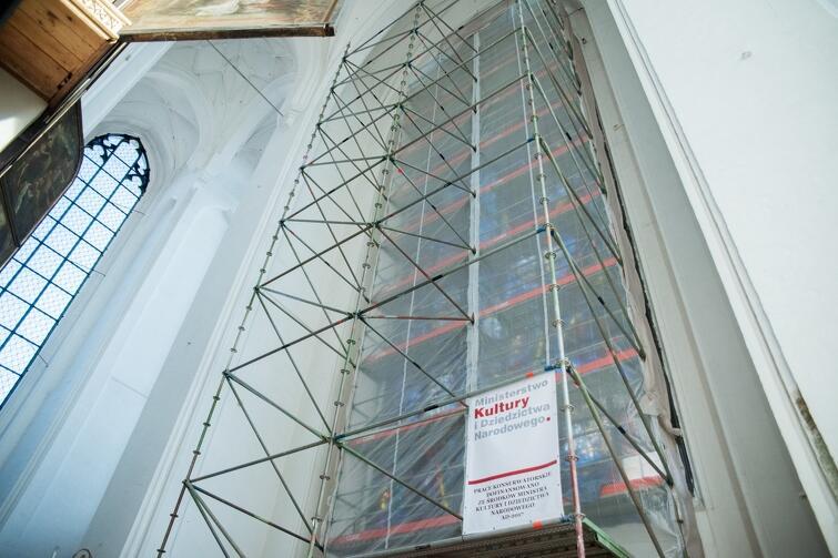 Prace remontowe, które trwają na zewnątrz, rozpoczynają się także powoli i we wnętrzu świątyni