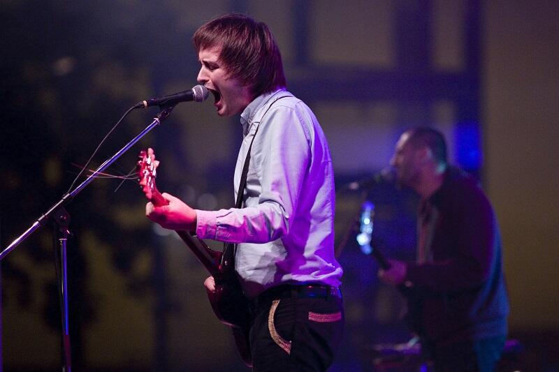 Grzegorz Kwiatkowski jest poetą i wokalistą zespołu Trupa Trupa