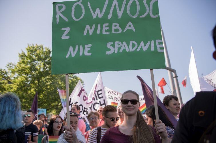 Równość z nieba nie spadnie. Trzeba więc w mieście prowadzić politykę równościową, która zapobiega dyskryminacji ze względu na płeć, kolor skóry, pochodzenie, orientację seksualną czy wyznanie. Na zdjęciu uczestniczka gdańskiego Marszu Równości w maju 2017