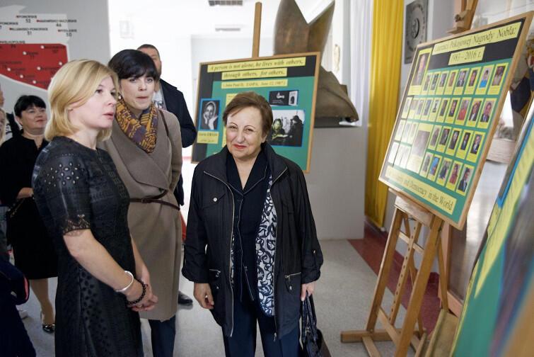 Szirin Ebadi (po prawej), laureatka Pokojowej Nagrody Nobla 2003, w ZSO nr 8 przy ul. Meissnera w Gdańsku. Pierwsza z lewej Agnieszka Tomasik, dyrektorka szkoły. Obok tłumaczka z języka perskiego