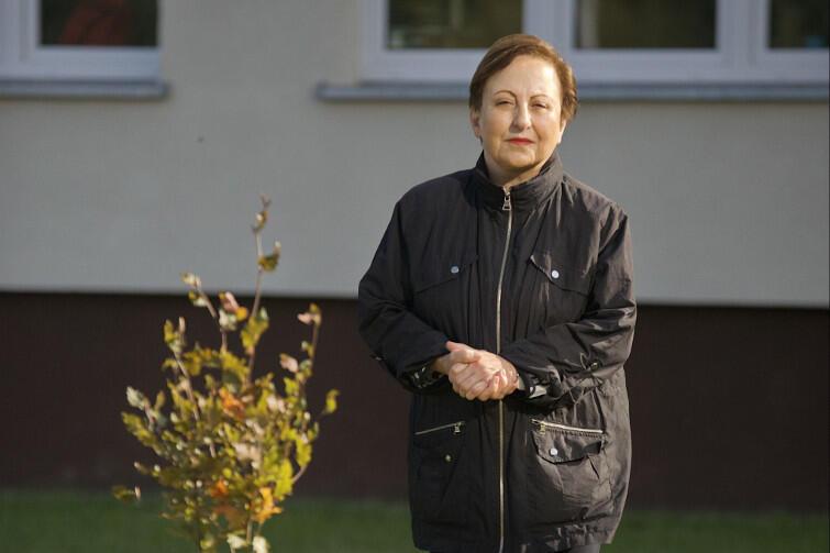 Szirin Ebadi, laureatka pokojowego Nobla, przy swoim drzewku przed ZSO nr 8 w Gdańsku