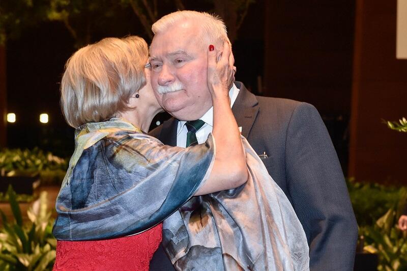 Lech Wałęsa z małżonką Danutą. Pani Prezydentowa składa życzenia urodzinowe mężowi