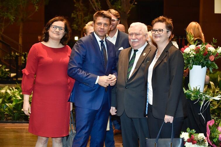 Szef Nowoczesnej Ryszard Petru w otoczeniu polityczek tej partii: Ewy Lieder i Katarzyny Lubnauer