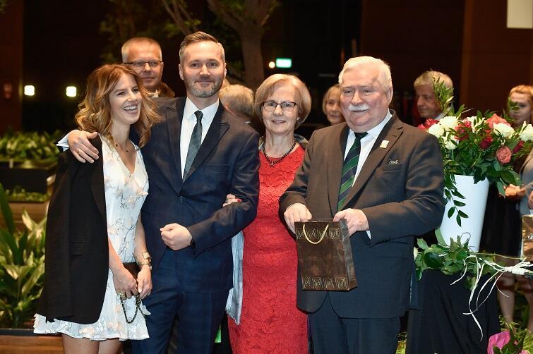 Prezydent Lech Wałęsa otoczony rodziną: Jarosław Wałęsa z małżonką, Danuta Wałęsowa i Lech Wałęsa