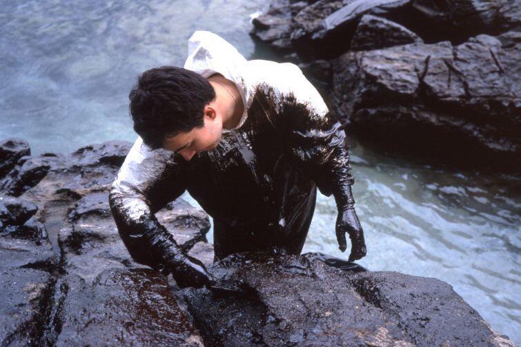 Jedna z 10. kolorowych fotografii z serii Black Tide (Czarny przypływ), 2002-2003, nieżyjącego już amerykańskiego fotografa Allana Sekuły