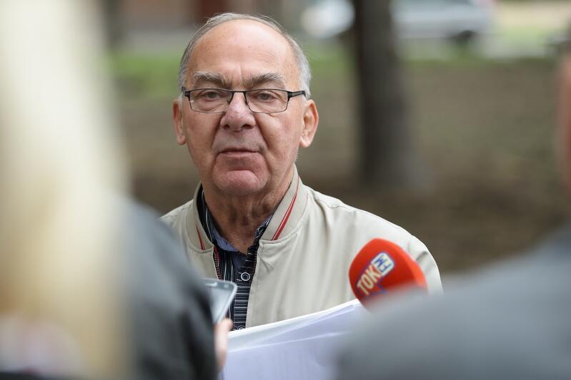 W spotkaniu z dziennikarzami inaugurującym drugą część remontu skweru udział wzięli także przedstawiciele Rady Dzielnicy Śródmieście - nz. Maciej Multaniak z tejże rady