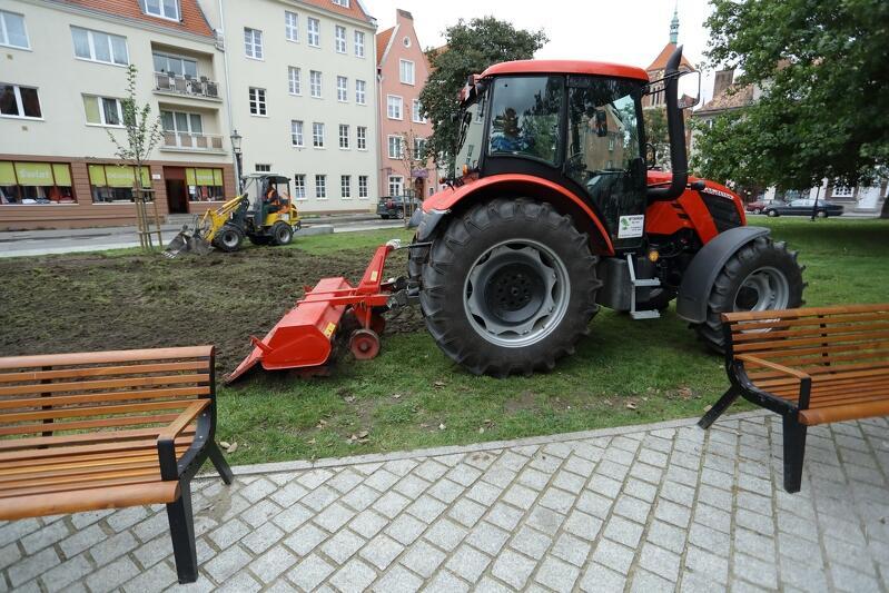Traktory powróciły na skwer w Śródmieściu Gdańska