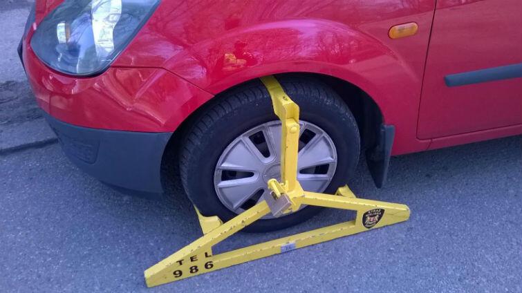 Na kierowców czekać może niemiła niespodzianka w postaci założonej blokady na koło