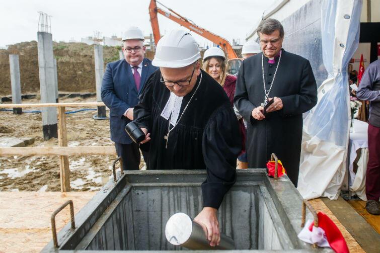 Tubę do kamienia węgielnego składa Mathias Hartmann - rektor Diakoni Neuendettelsau