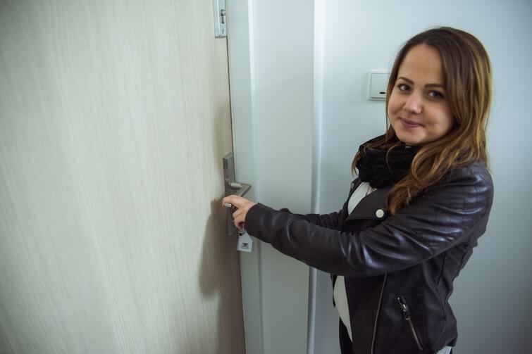 Pani Małgorzata, mama miesięcznej Julki, uszczęśliwiona otwiera drzwi do swojego nowego mieszkania