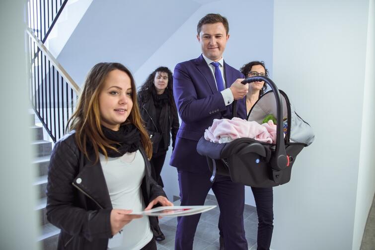 Wiceprezydent Piotr Grzelak zachował się szarmancko - zaniósł Julkę w nosidełku, za jej mamą, do nowego mieszkania