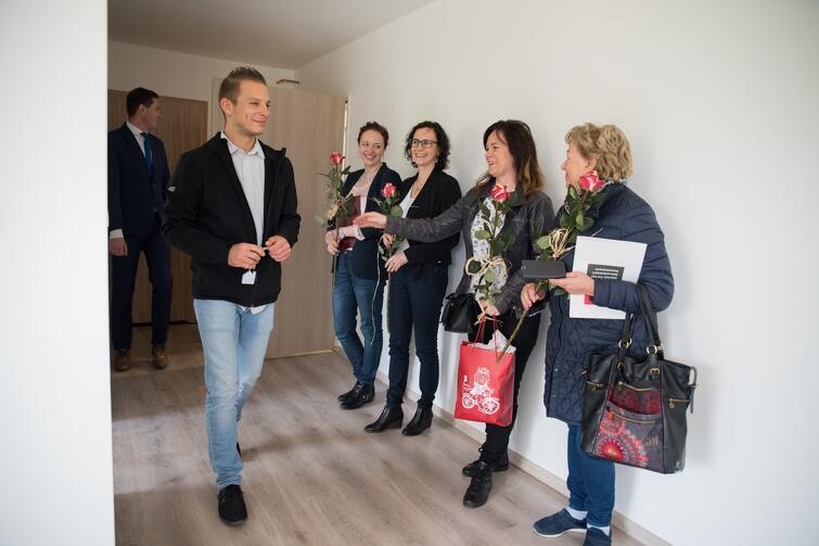 Dariusz, jako świeżo upieczony lokator, rozdawał paniom piękne czerwone róże