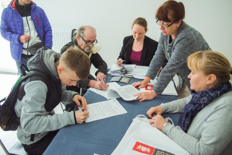 Potwierdzenie odbioru kluczy w piątek, 13 października, podpisało na Dolnych Młynach 25 osób