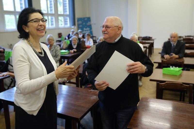 Posłanka Małgorzata Chmiel wręczyła olimpijczykom dyplomy. - To wspaniali ludzie, podziwiam, że nadal chcą się uczyć - mówiła zachwycona