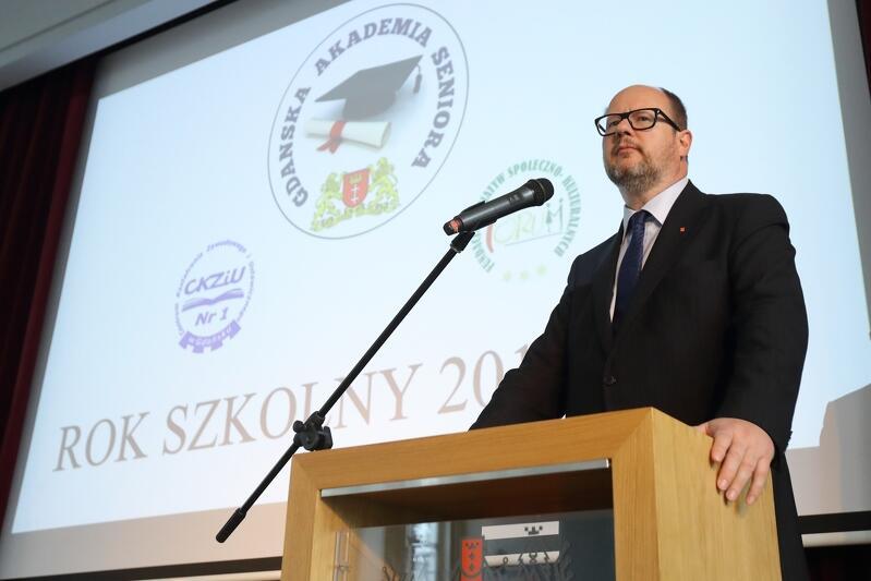 Prezydent Gdańska Paweł Adamowicz przypomniał, że żyjemy w czasach, które zasadniczo różnią się od poprzednich epok - stawiają przed ludźmi wyzwania edukacyjne i rozwojowe również w wieku senioralnym
