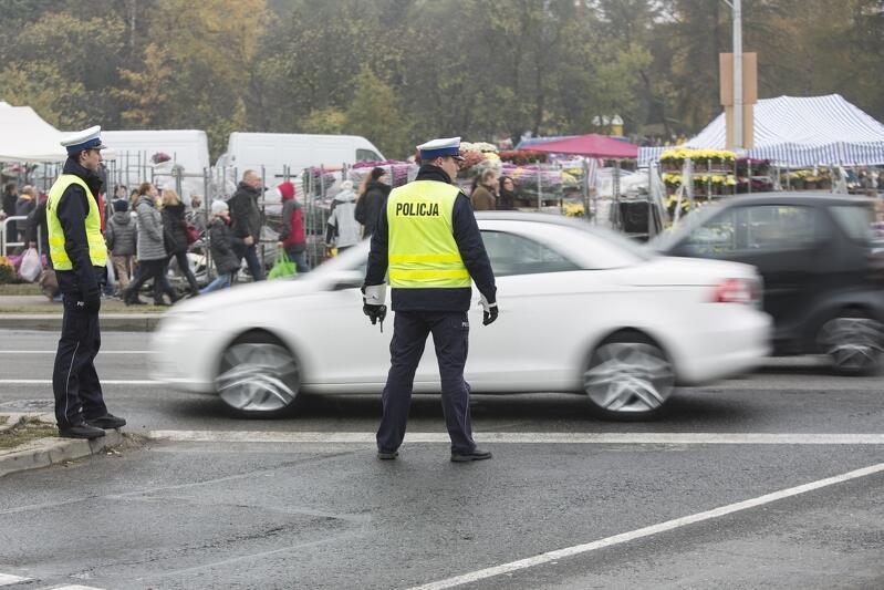 Policja kieruje ruchem przy Cmentarzu Łostowickim