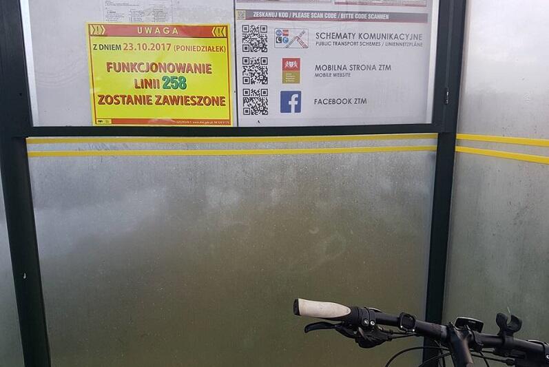 23 października 2017 r. - komunikat dla rowerzystów na przystanku przed tunelem