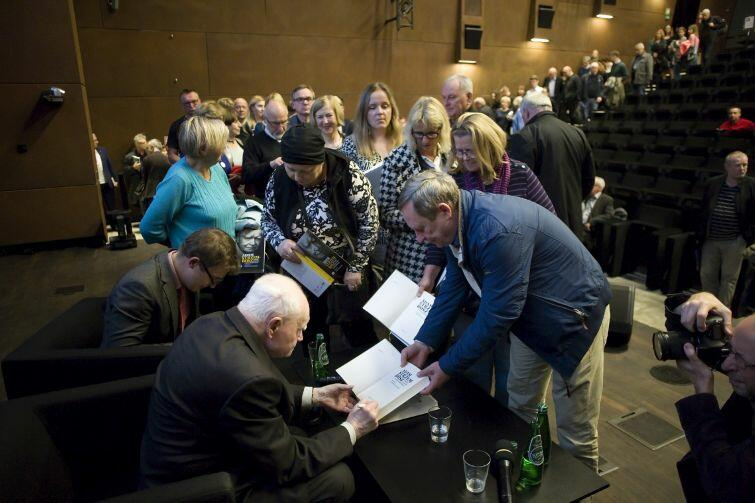 Po spotkaniu do prof. Strzembosza ustawiła się kolejka chętnych po autograf