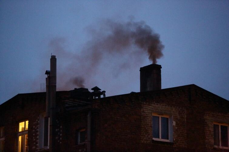 Przestarzałe piece są problemem dla wszystkich, którzy mieszkają w okolicy. Jak sprawić, by nie zatruwały powietrza? Wymienić na nowoczesny piec lub zrezygnować z indywidualnego ogrzewania i przyłączyć się do miejskiej sieci grzewczej