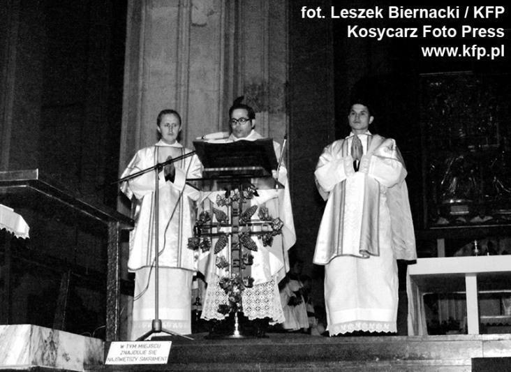 11 listopada 1980 roku. Okolicznościowa msza św. w Bazylice Mariackiej z okazji rocznicy odzyskania niepodległości przez Polskę po I wojnie światowej. Mszę odprawiał ks. Stanisław Bogdanowicz (w środku)