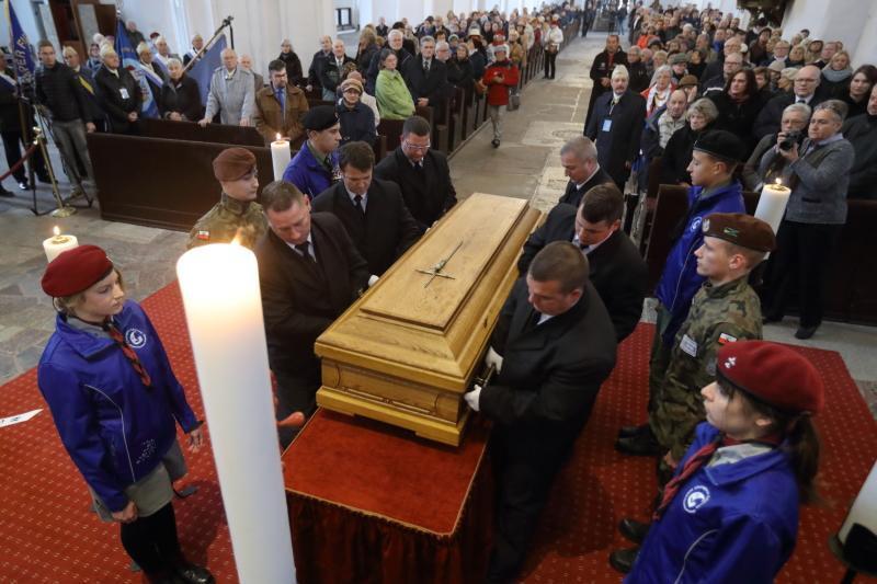 Uroczystości pogrzebowe rozpoczęły się od wprowadzenia trumny do Bazyliki Mariackiej