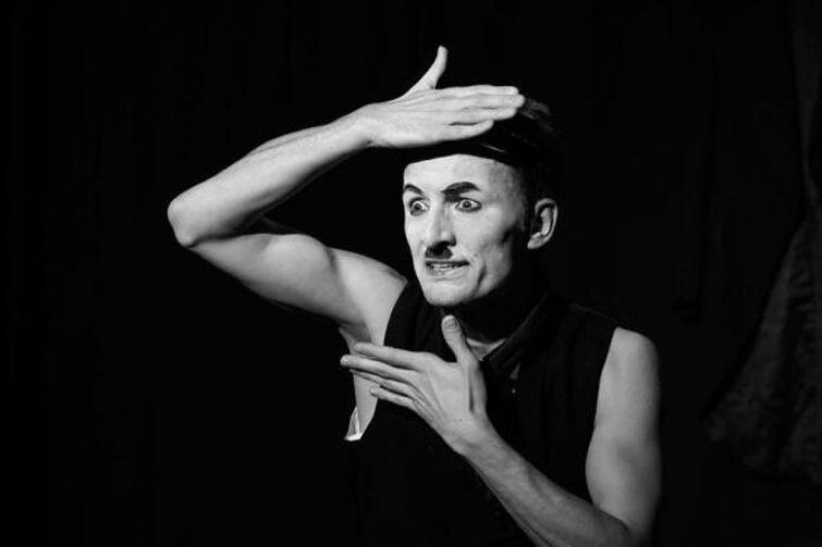 Mateusz Deskiewicz jako słynny Charlie Chaplin