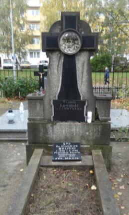 Grób oliwskiego proboszcza ks. Magnusa Bruskiego znajduje się w pobliżu kaplicy