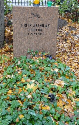 Fritza Jaenicke pochowano przy ogrodzeniu cmentarza od strony ulicy Czyżewskiego