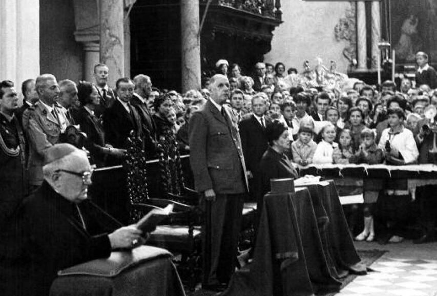 Prezydent z małżonką uczestniczył w mszy św. w katedrze oliwskiej; obok nich przy klęczniku biskup Edmund Nowicki