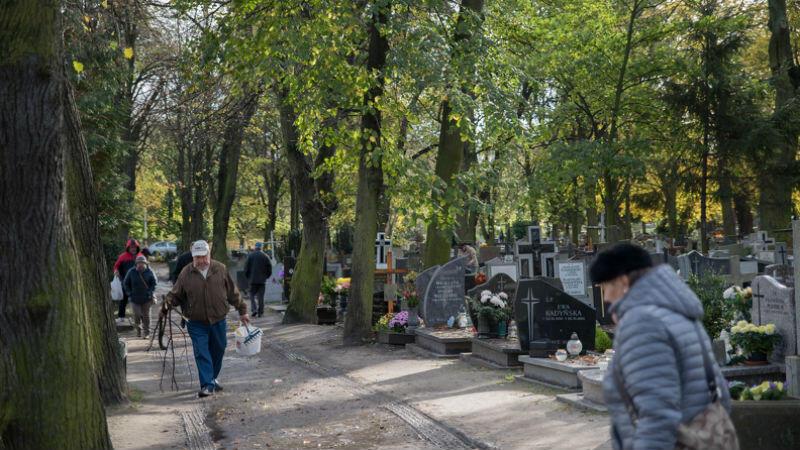 Nowy Port, poniedziałek, 30 października, godz. 10.10. Mieszkańcy już wchodzą na teren cmentarza
