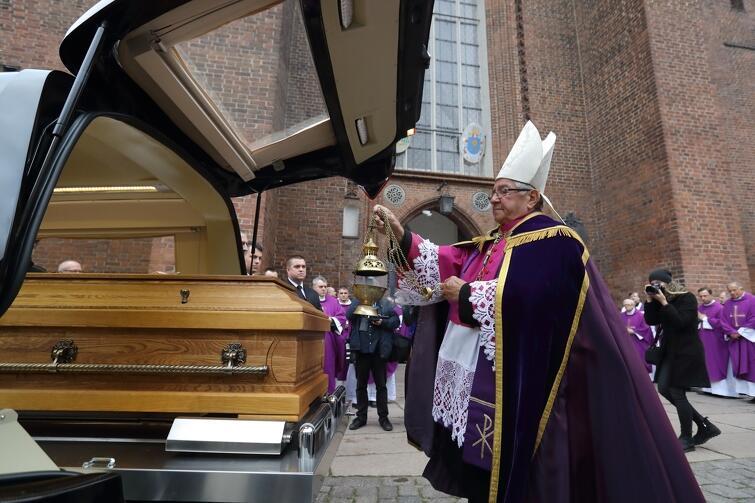 W piątek, 27 października, w Bazylice Mariackiej w Gdańsku o godz. 16.00 rozpoczęły się uroczystości pogrzebowe ks. infułata Stanisława Bogdanowicza. Gdańszczanki i gdańszczanie modlili się, ale też wpisywali się do księgi żałobnej. Uroczysty pogrzeb odbył się w sobotę, 28 października, także w Bazylice Mariackiej
