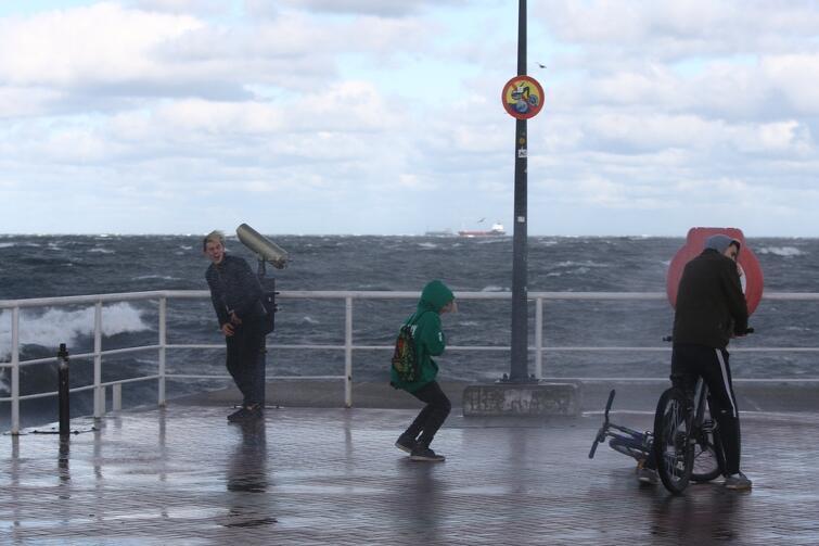 Bez silnego wiatru w Gdańsku się nie obejdzie. Tak się działo w niedzielę i poniedziałek, 29-30 października. Najgorzej było oczywiście nad morzem, m.in. na molo w Brzeźnie - momentami wiało z prędkością 100 km/godz. Na szczęście obyło się bez większych strat