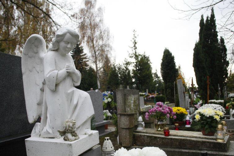 Zaduszki zwane są też niezbyt poprawnie 'świętem zmarłych'. 2 listopada na cmentarze przychodzi mniej osób niż we Wszystkich Świętych (dzień wolny od pracy), ale to tak naprawdę Dzień Zaduszny powinien być czasem pamięci o zmarłych osobach bliskich i modlitwy za ich dusze