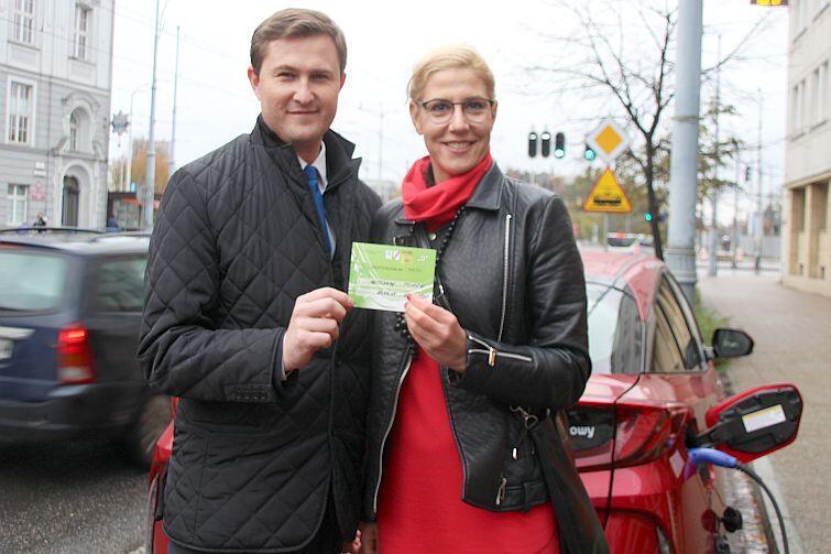Identyfikator do darmowego parkowania auta elektrycznego. Nz. Piotr Grzelak, zastępca prezydenta Gdańska i Maja Lesińska, Dyrektor Handlowy Toyota Carter Gdańsk