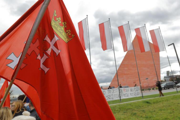 Przed MIIWŚ wiszą tylko flagi Polski. Miasto i PO chcą  także flag Gdańska i UE
