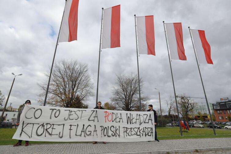 Nowe władze MIIWŚ, pod rękę z Młodzieżą Wszechpolską, starają się przekonać opinię publiczną, że władzom Gdańska przeszkadzają polskie flagi. To oczywiście manipulacja. Miasto nie chce zdjąć flag biało-czerwonych, chce je tylko uzupełnić o flagi Gdańska i UE