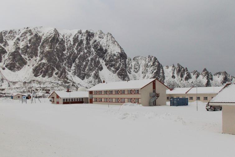 Andøya Space Center, skaliste szczyty widoczne w oddali sięgają ponad 300 metrów nad poziomem morza, wybijając się prosto z oceanicznego brzegu