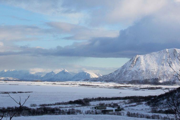 Widok z jednego ze szczytów na odległe Góry Skandynawskie i rozległą płaszczyznę obejmującą pozostałą część wyspy Andøya