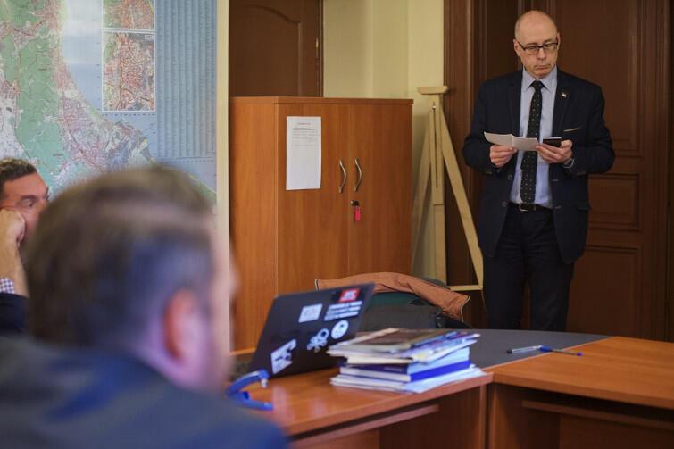 Konfrencji Hamadyka (odwrócony plecami) przysłuchiwał się z boku Kazimierz Koralewski, szef klubu PiS w Radzie Miasta Gdańska