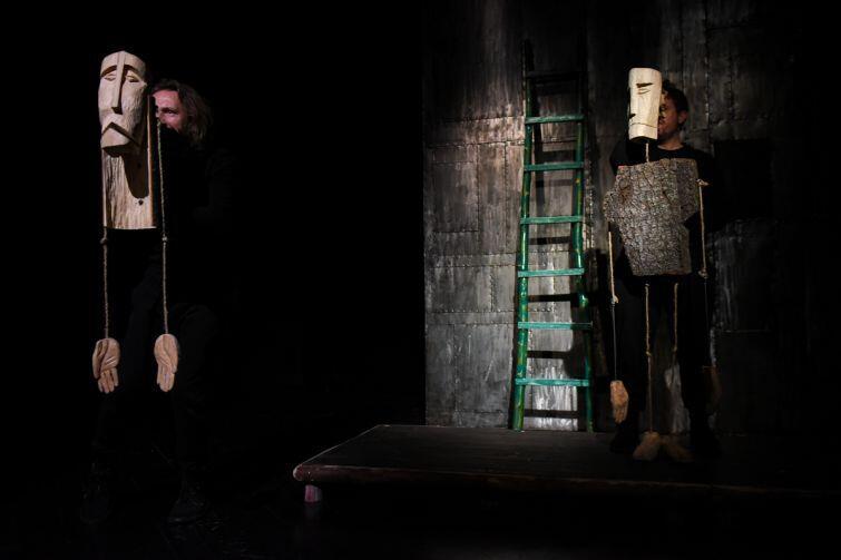 Ważną rolę w spektaklu odgrywa prosta, drewniana scenografia stylizowana na ołtarz, i charakterystyczne lalki-rzeźby