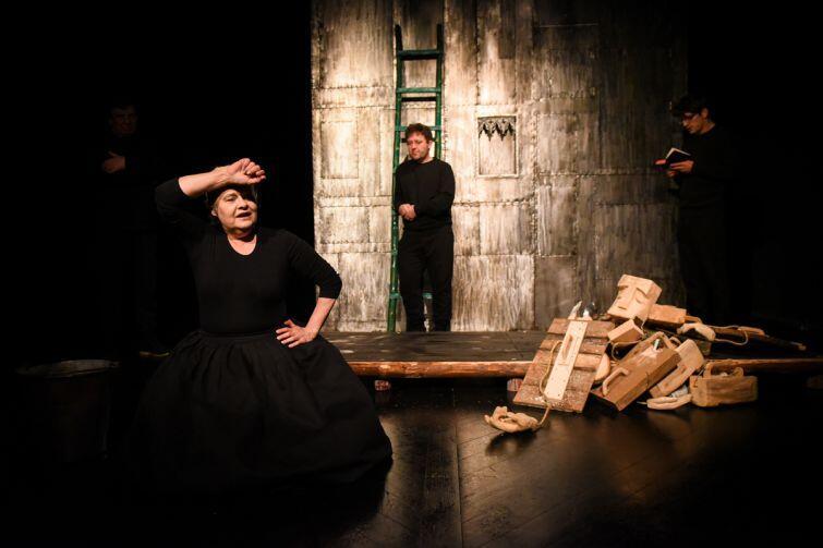 Joanna Tomasik jako dobroduszna matka zabitego przez rzeźbiarza Erazma