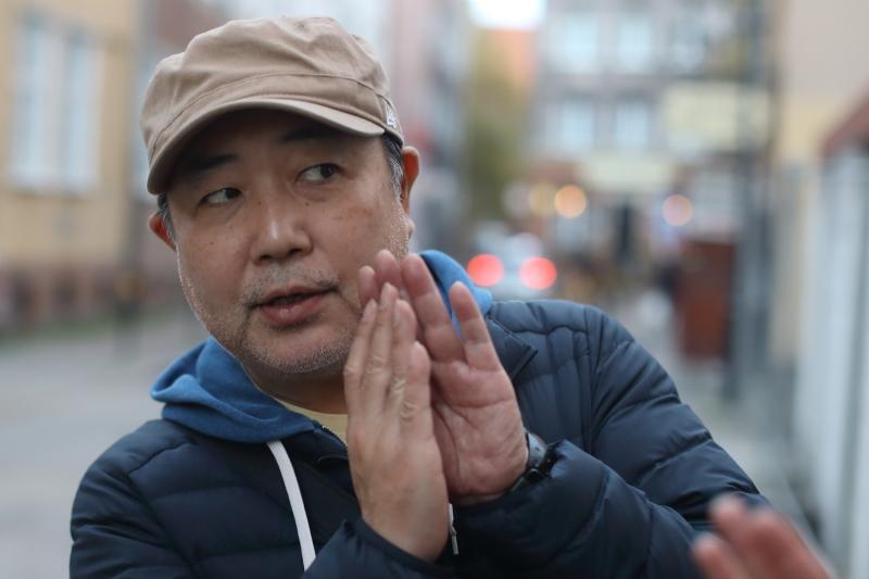 Pan Katayama, reżyser programu 'Sekai Fureai Machi Aruki' ('Spacer po miastach świata i poznawanie ludzi')
