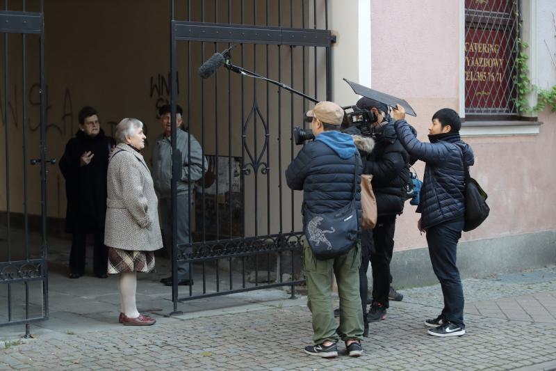 Spacerująca uliczkami ekipa telewizyjna nie miała problemów ze znalezieniem chętnych do rozmowy gdańszczan. Mieszkanka jednej z kamienic zaprosiła nawet ekipę za bramę, by mogli obejrzeć tutejsze dziedzińce i podwórza