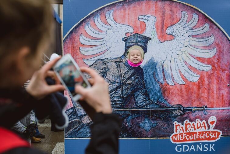 Zdjęcie z ubiegłorocznej Parady Niepodległości w Gdańsku. W naszym mieście udało się osiągnąć wspaniały efekt: 11 Listopada jest dniem radosnego patriotyzmu i warto zadbać, by tak było dalej, mimo głębokich podziałów w polskim społeczeństwie