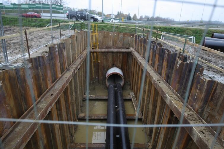 Przewiert ma 1,8 m średnicy i 110 m długości. Do środka wkładane są trzy stalowe rury o średnicy 720 mm