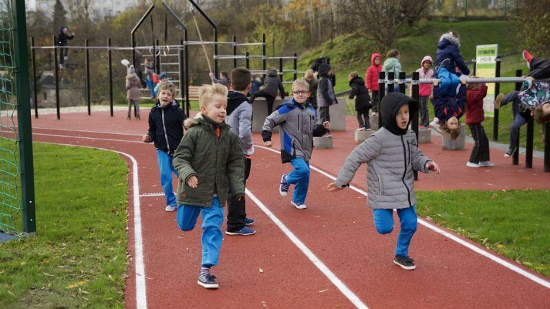 Dzieci na Suchaninie już korzystają z nowej bieżni wokół boiska