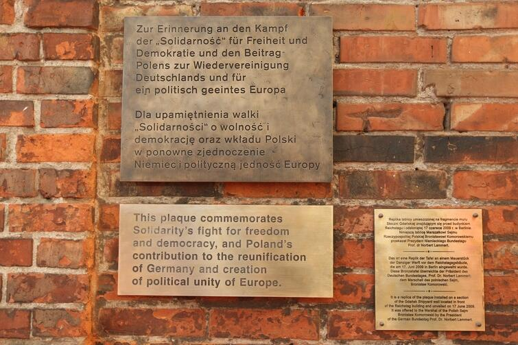 Skoro Gdańsk, to i droga do wolności. Brytyjczycy nie mogą przegapić fragmentów dwóch murów - tego z Berlina, i tego ze Stoczni Gdańskiej - które stoją obok siebie, tuż przy siedzibie KK NSZZ Solidarność