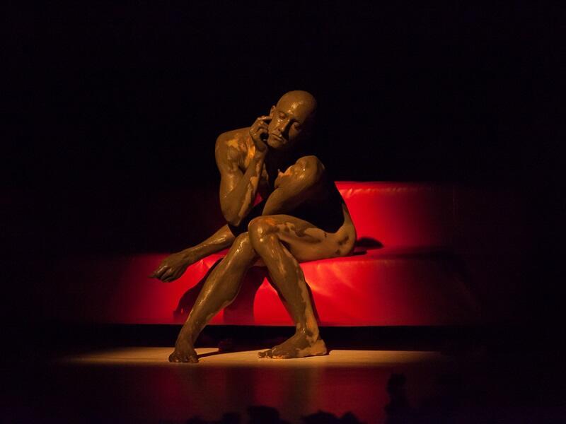 InTimeE jest opowieścią o relacjach i o intymności, bardzo skupioną, gęstą, nasyconą, a przy tym znakomicie zatańczoną przez sześcioro tancerzy z zespołu Pala Frenaka